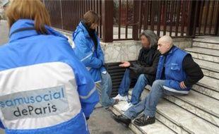 Le Samu social effectue des maraudes de jour, comme ici à Paris, en décembre 2008.