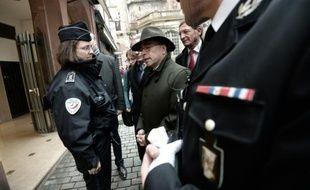 Le ministre de l'Intérieur Bernard Cazeneuve (c) rencontre des policiers dans les rues de Strasbourg, le 28 novembre 2015