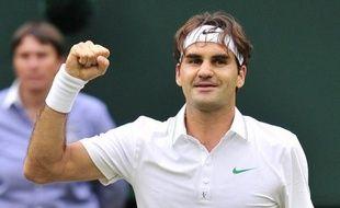 Roger Federer a ajouté un nouveau record à sa richissime collection en se qualifiant pour sa huitième finale de Wimbledon aux dépens du tenant du titre Novak Djokovic, dominé en quatre sets 6-3, 3-6, 6-4, 6-3 dans un choc qui n'a pas tenu toutes ses promesses.