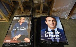Voici les affiches des deux candidats au second tour de la présidentielle française, Marine Le Pen et Emmanuel Macron.