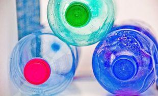 Illustration de bouteilles en plastique.
