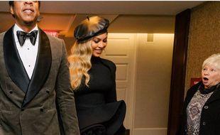 La femme a croisé le couple de stars alors qu'il se rendait au Gala pré-Grammy de Clive Davis.
