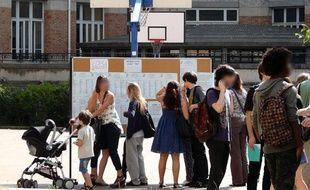Des lycéens consultent les résultats du bac au lycée Jules-Ferry dans le 18e arrondissement à Paris le 6 juillet 2010.