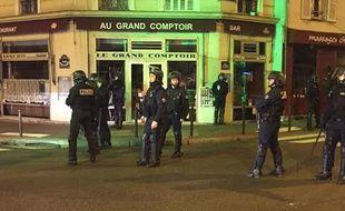 La police était notamment déployée rue Bichat, à l'angle de la rue de la Grange aux Belles, à 18h ce samedi.