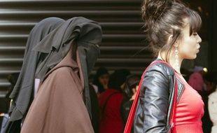 L'interdiction en France de porter en public un voile islamique intégral contrevient-elle à la liberté de religion ? La Cour européenne des droits de l'homme, saisie par une porteuse du niqab de 23 ans, a étudié la question mercredi mais ne rendra sa décision qu'en 2014.