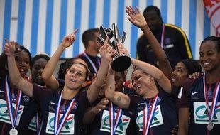 Coupe de France féminine: Laure Boulleau et le PSG remportent la coupe grâce à une victoire 1-0 contre Lyon.