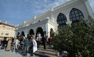 Des fidèles musulmans quittent la mosquée après la prière, le 22 janvier 2016 à Fréjus (Var)