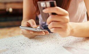De plus en plus de consommateurs font leurs achats sur smartphone.