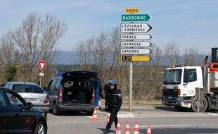 Les forces de l'ordre bloquent l'entrée de la ville de Trèbes (Aude), le 23 mars 2018, alors qu'une prise d'otage est en cours dans un supermarché de la ville.