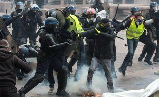 Des affrontements sur la place du Capitole, à Toulouse, lors de l'acte 9 de la mobilisation, le 12 janvier 2019.