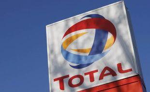 Logo de Total devant une station service, le 12 février 2008.
