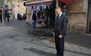 Des Israéliens se figent à Jérusalem pour respecter une minute de silence en mémoire des six millions de victimes juives du nazisme, lors de la journée de la Shoah le 16 avril 2015