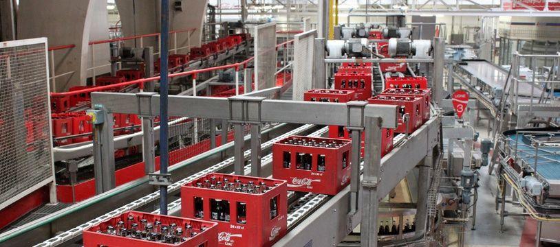 Une ligne de production de bouteilles en verre de Coca-Cola.