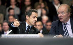 """Nicolas Sarkozy, Brice Hortefeux, Jacques Attali, Nadine Morano, ainsi que des dizaines de personnalités politiques, principalement de droite, des intellectuels et des journalistes, tous sont épinglés sur un """"mur des cons"""" composé de photos des intéressés dans un local du Syndicat de la magistrature (SM), classé à gauche."""