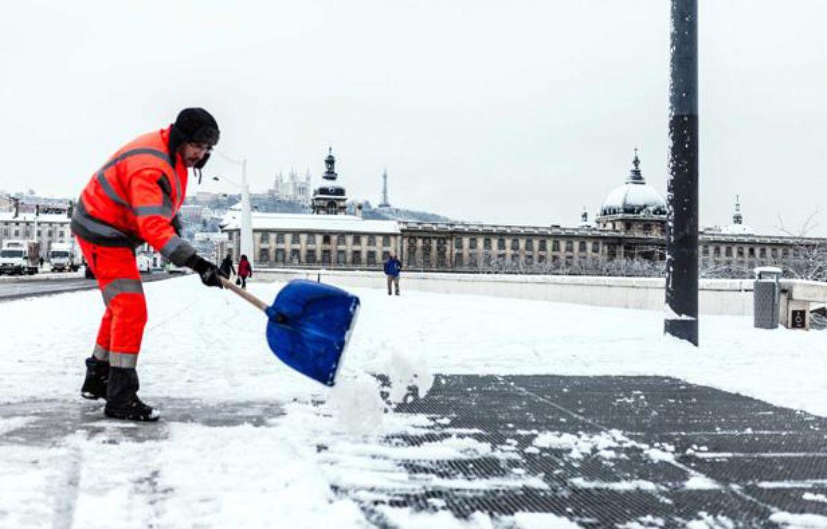Un agent déblaie la neige à Lyon, le 15 janvier 2013. – GIRAUD FLORE/SIPA