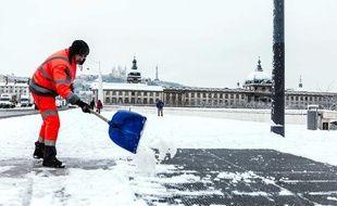 Un agent déblaie la neige à Lyon, le 15 janvier 2013.