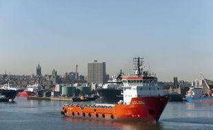 Un bateau sort du port d'Aberdeen, en Ecosse, pour se rendre près de la plateforme d'Elgin, d'où du gaz s'est échappé le 23 mars 2012.