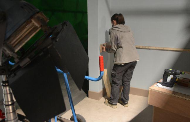 Une menuisière met en place un décor, dans les studios d'Un si grand soleil