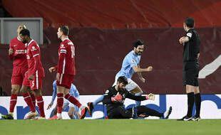 Alisson (à terre) a commis deux grosses erreurs qui ont plombé Liverpool face à Manchester City (1-4), le 7 février 2021.