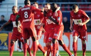 Dijon a créé une immense surprise en éliminant le Paris SG mercredi en 8e de finale de la Coupe de la Ligue (3-2), alors que Montpellier a été battu à domicile par Lorient (2-1) et que Lyon, vainqueur 2-1 à Saint-Etienne, et Lille, tombeur de Sedan (3-1), se sont aussi qualifiés.
