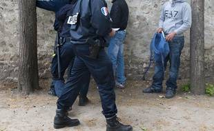 La police effectue un contrôle d'identité à Mantes-la-Jolie (Yvelines).