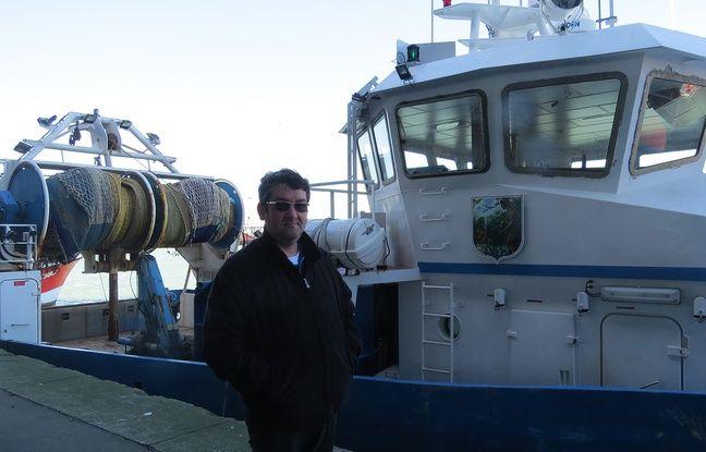 Alexis Haigneré devant son bateau de pêche