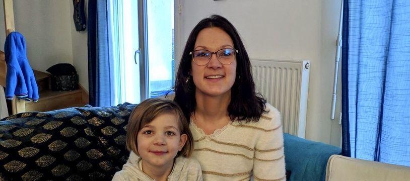 Satine et sa maman Claire, chez elles à Saint-Etienne-de-Montluc