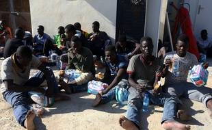 Des migrants à la base navale de Tripoli en Libye.