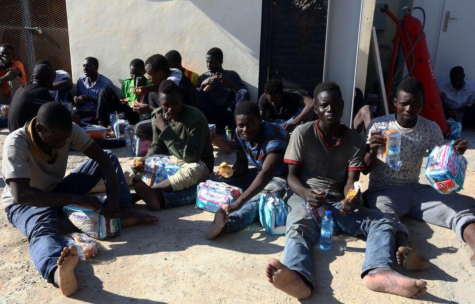 Esclavage en Libye: Tripoli ouvre une enquête après la diffusion d'un reportage montrant des migrants vendus aux enchères 960x614_migrants-base-navale-tripoli-libye
