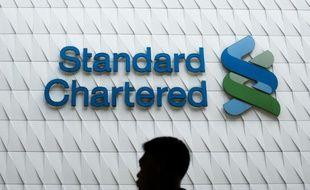 La banque britannique Standard Chartered a annoncé vendredi qu'elle allait supprimer jusqu'à un millier de postes de direction dans le cadre de sa restructuration sous la houlette de son nouveau directeur général, Bill Winters