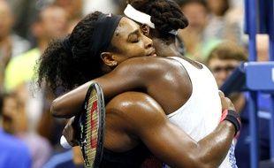 Srena Williams félicite sa soeur Venus après sa victoire à l'US Open le 9 septembre 2015.