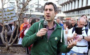 François Ruffin, le député de la France insoumise, défile et écoute les témoignages du quotidien des «gilets jaunes» durant l'acte 15, au Mans.