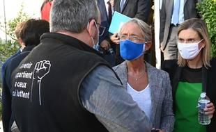 Elisabeth Borne, ministre du travail, et Agnès Pannier Runacher, ministre déléguée à l'industrie, discutent avec des employés et syndicats devant l'usine Bridgestone à  Béthune, le 21 septembre 2020.