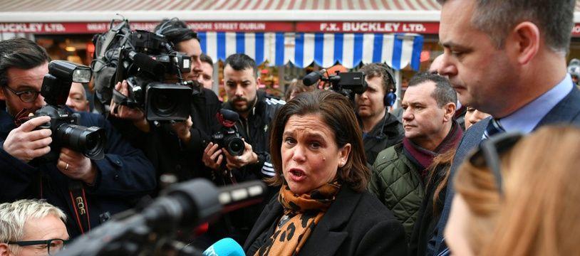 Mary Lou McDonald est la présidente du Sinn Fein, le parti pro-réunification de l'Irlande, qui pourrait créer la sensation lors les législatives.
