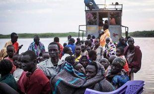 Des civils réfugiés sur un ferry dans le Soudan du Sud, le 9 janvier 2014