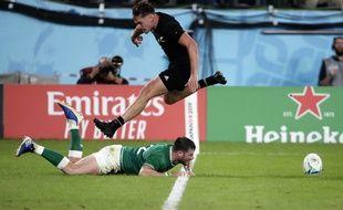Le All-Black George Bridge saute au-dessus de Robbie Henshaw après un essai manqué de l'Irlandais, en quart de finale de la Coupe du monde à Tokyo, le 19 octobre 2019.