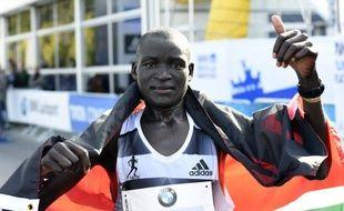 Le Kenyan Dennis Kimetto a établi un nouveau record du monde du marathon en 2h02'57'', dimanche 28 septembre 2014, à Berlin.