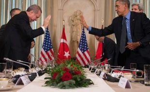 Le président américain Barack Obama (à droite) salue le président turc Recep Tayyip Erdogan à Paris le 1er décembre 2015