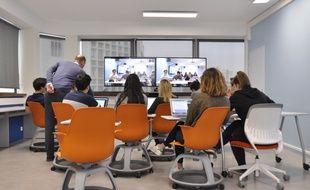 Le Pierre-Mendès-France Lab de l'université Paris-I démontre les possibilités de cours où le professeur est en vidéo-conférence avec les étudiants.