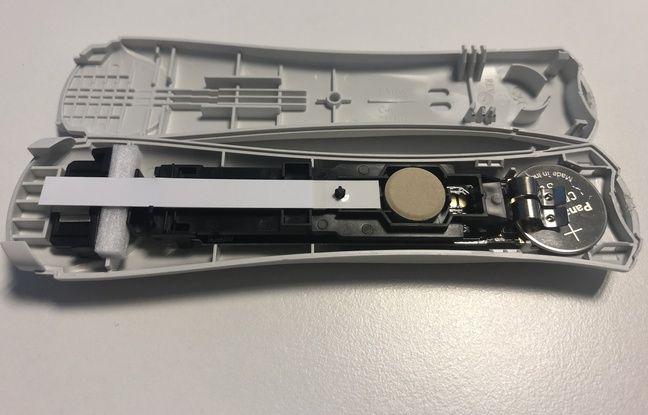 Le dessiccateur est visible à gauche, à côté de la bandelette qui sert à détecter l'hormone hCG dans l'urine.