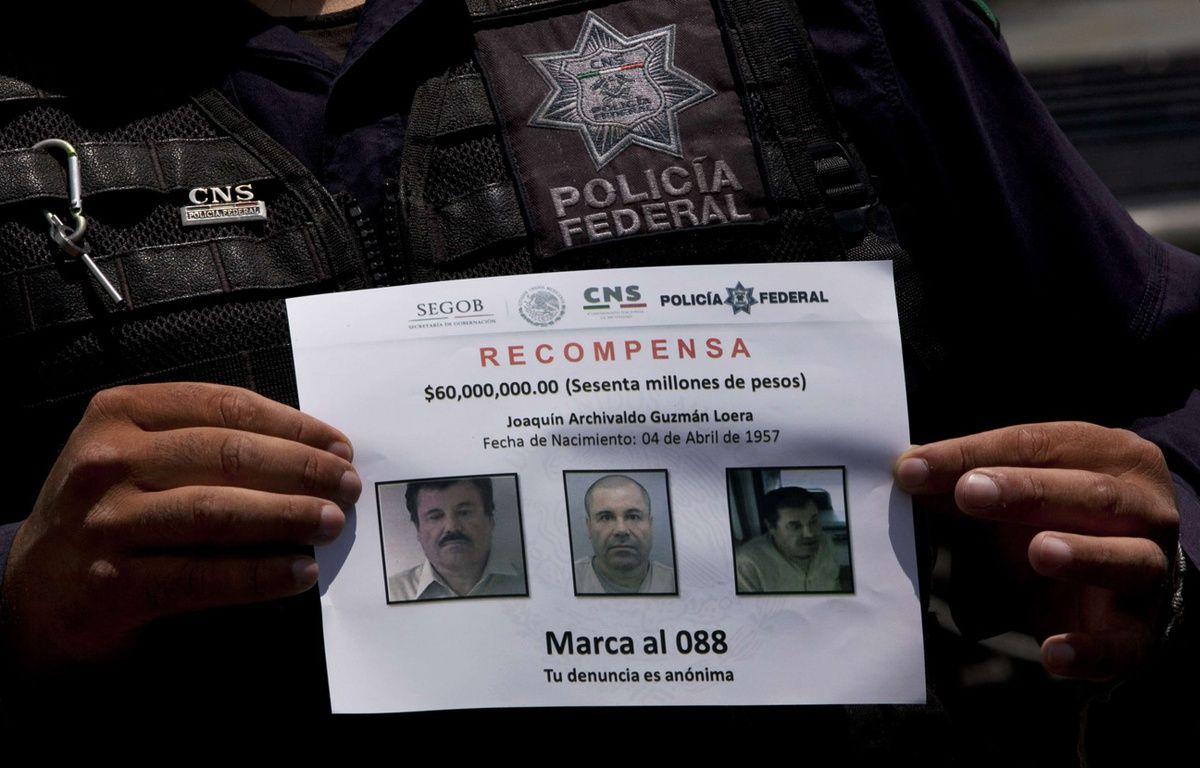 Un membre de la police fédérale mexicaine tient un avis de recherche de Joaquin Guzman, dit «El Chapo», le 16 juillet 2015. –  Marco Ugarte/AP/SIPA