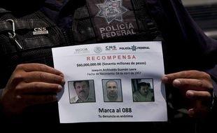 Un membre de la police fédérale mexicaine tient un avis de recherche de Joaquin Guzman, dit «El Chapo», le 16 juillet 2015.