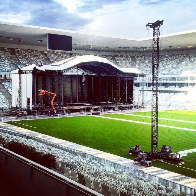 Préparation de la scène pour les concerts de Céline Dion et des Vieilles Canailles au Matmut Atlantique