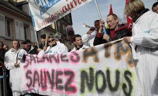Des employés des AIM (Abattoirs industriels de la Manche) manifestent le 6 mars 2015 devant le tribunal de commerce de Coutances, dans la Manche