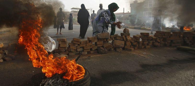 Les manifestants bloquent une rue à l'aide de briques et de pneus en feu, le 3 juin 2019 à Khartoum.