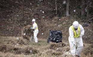 Opération de décontamination à Iitate, dans la préfecture de Fukushima, au Japon, le 6 janvier 2012.