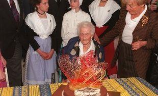 Jeanne Calment célèbre ses 122 ans le 21 février 1997.