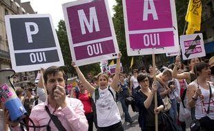 Des manifestants revendiquant l'accès à la PMA.