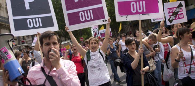Des manifestants revendiquent l'accès à la PMA pour les couples de femmes/