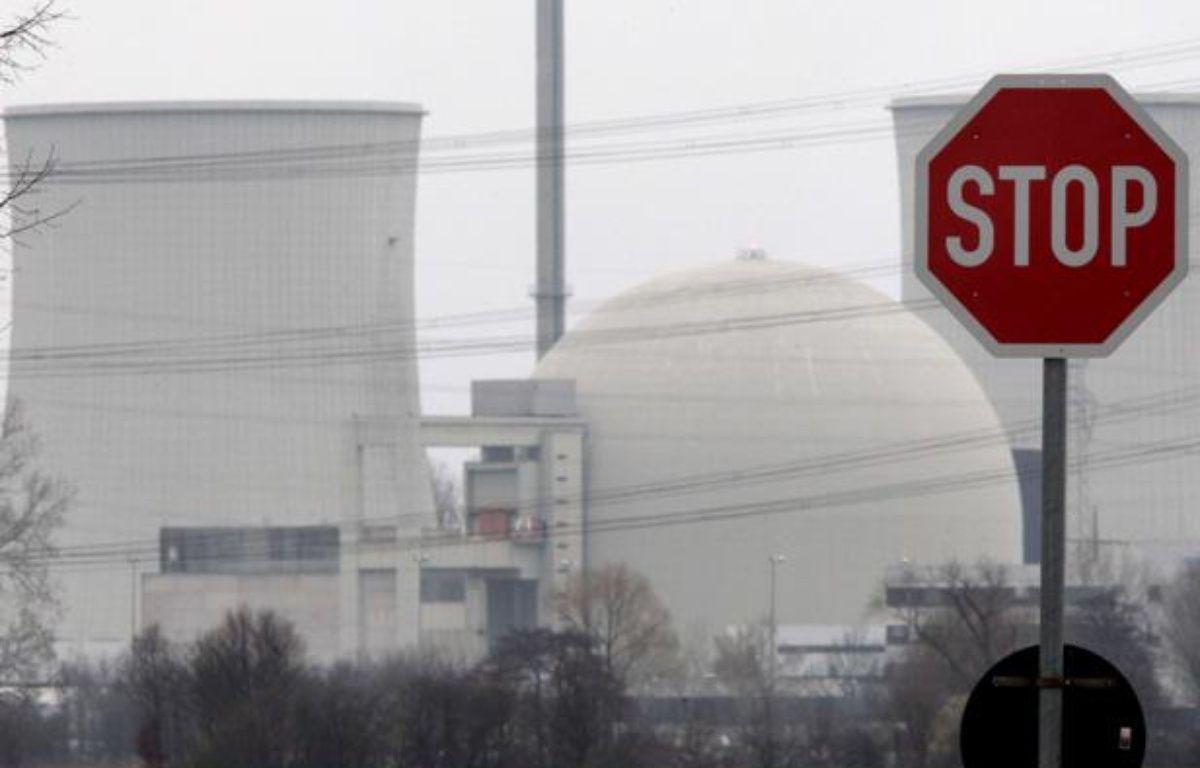 Un panneau stop devant une centrale nucléaire allemande. – Michael Probst/AP/SIPA